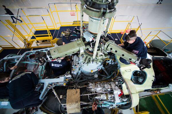 Tecnici al lavoro sul propulsore di un elicottero Ka-52 Alligator  - Sputnik Italia