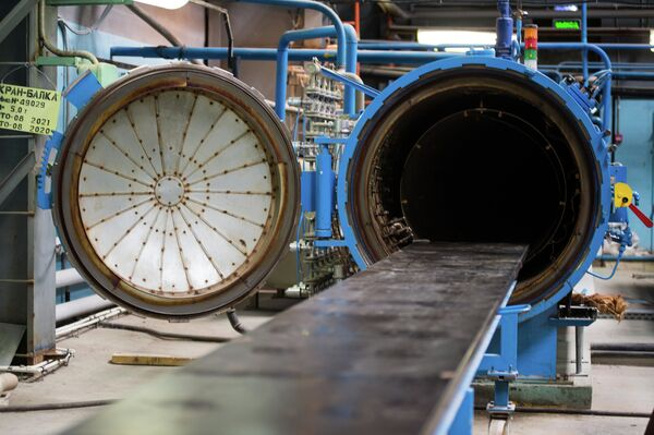 Un macchinario ermetico usato per la produzione dei dettagli della strumentazione radar e d'attacco in dotazione all'elicottero  - Sputnik Italia