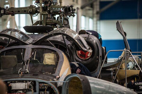 Il telaio di un elicottero Ka-52 Alligator durante l'assemblaggio - Sputnik Italia