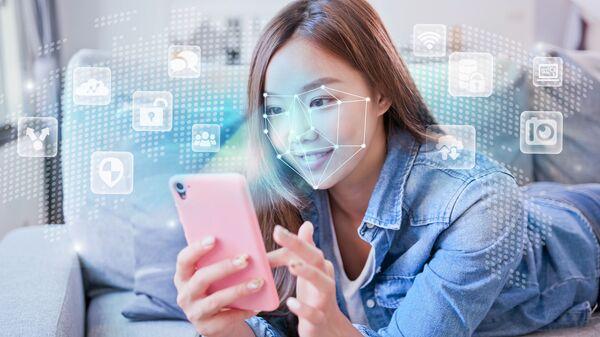 Smartphone con sistema di riconoscimento facciale - Sputnik Italia
