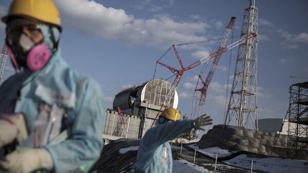 Operai di fronte alla centrale elettrica nucleare di Fukushima, Giappone - Sputnik Italia