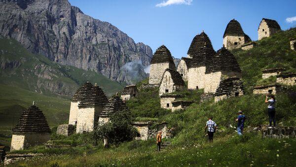 Turisti davanti alla necropoli Città dei morti nella repubblica russa dell'Ossezia del Nord. - Sputnik Italia