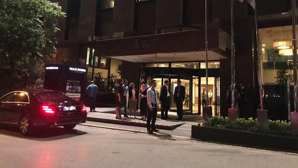 Gente e polizia vicino all'ospedale privato Güven dove si trova il diplomatico bielorusso ferito, Ankara, Turchia - Sputnik Italia