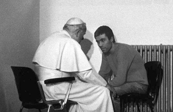 Giovanni Paolo II e Mehmet Ali Ağca a Rebibbia nel 1983 - Sputnik Italia