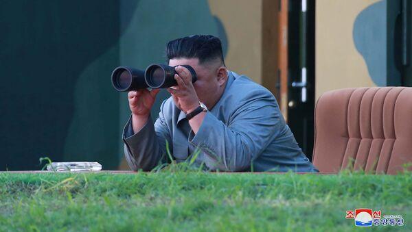 Il leader della Corea del Nord Kim Jong Un osserva attraverso il binocolo il lancio di due missili a corto raggio.  - Sputnik Italia
