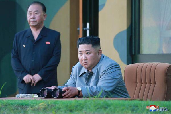 Il leader della Corea del Nord Kim Jong Un osservail lancio dei missili. - Sputnik Italia