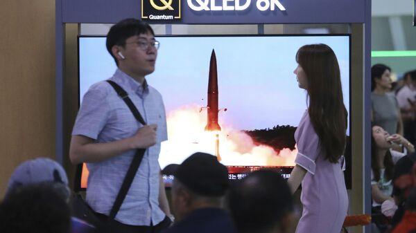 Монитор на железнодорожном вокзале Сеула с изображением запуска ракеты Северной Кореи во время программы новостей, Южная Корея - Sputnik Italia