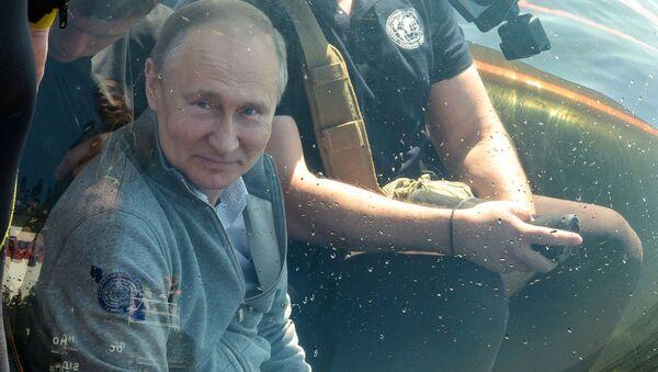Il presidente russo Vladimir Putin a bordo di un batiscafo è sceso sul fondo del Baltico per visitare il luogo in cui il sottomarino Shch-308 Salmon è affondato durante la seconda guerra mondiale - Sputnik Italia