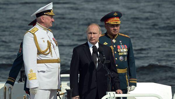 Vladimir Putin prende la parola alla parata della marina militare russa a San Pietroburgo - Sputnik Italia
