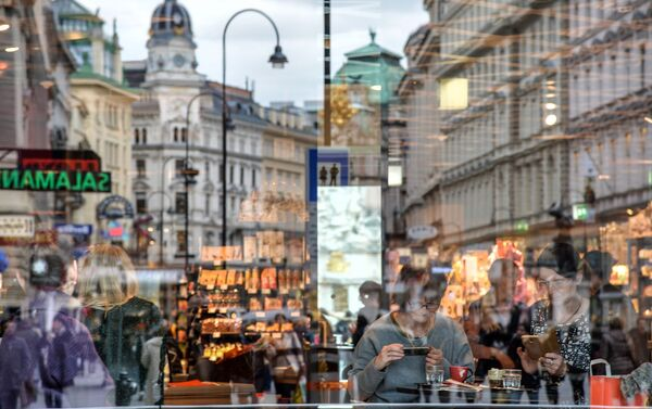Il riflesso del contro storico di Vienna in vetro di un bar. - Sputnik Italia