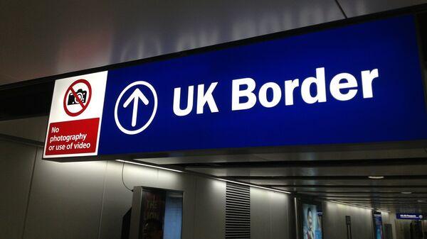 Cartello che indica il confine d'ingresso nel Regno Unito - Sputnik Italia