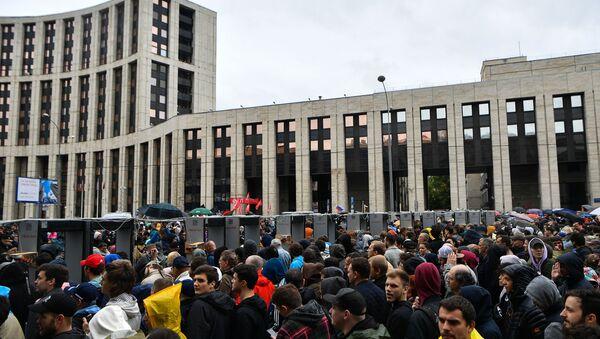 Partecipanti in attesa di accedere al viale riservato alla manifestazione - Sputnik Italia