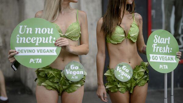Attiviste della PETA in una manifestazione Go Vegan - Sputnik Italia