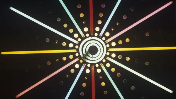 Luci di diversi colori disegnano geometrie nel buio - Sputnik Italia