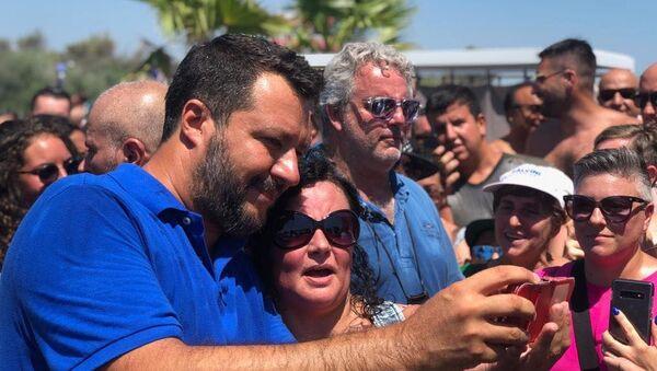 Matteo Salvini con dei sostenitori dopo un comizio - Sputnik Italia
