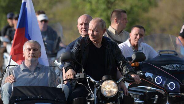 Putin insieme ai biker di Lupi Notturni - Sputnik Italia