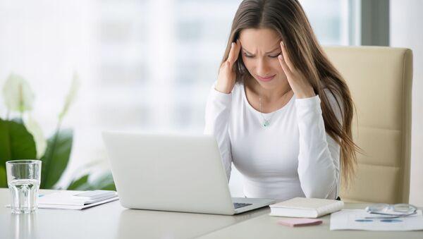 Ragazza con mal di testa davanti al computer - Sputnik Italia