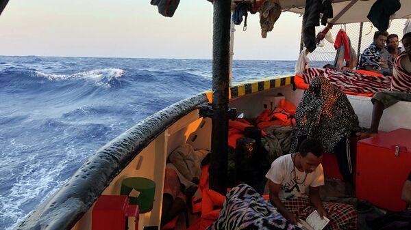 Un migrante a bordo della nave Open Arms - Sputnik Italia
