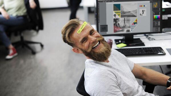 Scena di ufficio - uomo che ride - Sputnik Italia