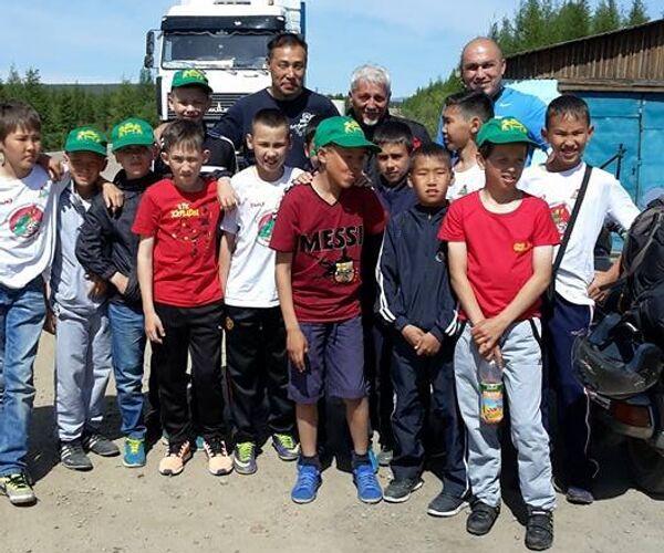 Foto di gruppo con gli studenti di una scuola della Buriatia - Sputnik Italia