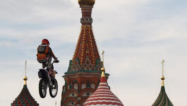 Un biker volteggia sulla Piazza Rossa - Sputnik Italia