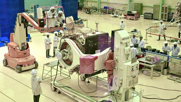 In questa foto di file scattata il 12 giugno 2019, gli scienziati dell'India Space Research Organization (ISRO) lavorano sulla sonda 'Chandrayaan-2' - Sputnik Italia
