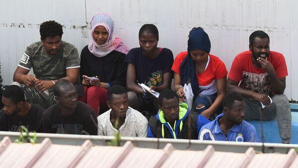 Migranti sbarcati dalla nave spagnola Open Arms, Lampedusa, 21 agosto del 2019 - Sputnik Italia