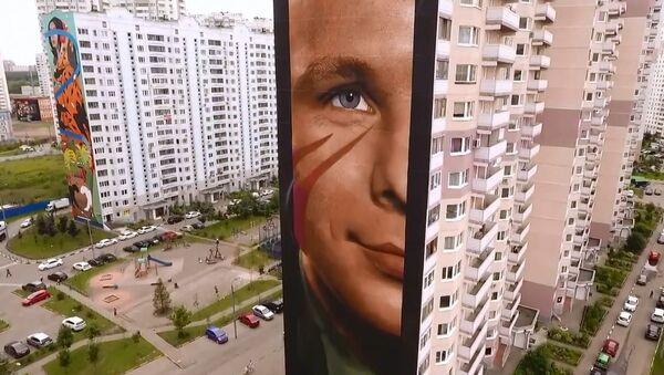 Artista italiano realizza enorme volto di Juri Gagarin su palazzo a Mosca - Sputnik Italia