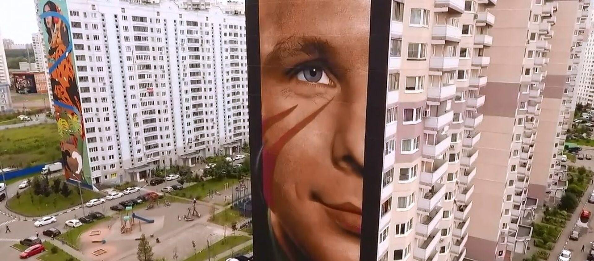 Artista italiano realizza enorme volto di Juri Gagarin su palazzo a Mosca - Sputnik Italia, 1920, 31.08.2019