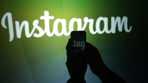 A journalist makes a video of the Instagram logo using the new video feature at Facebook headquarters in Menlo Park, Calif., Thursday, June 20, 2013 - Sputnik Italia