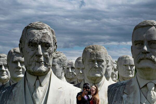 I busti giganti degli ex presidenti degli Stati Uniti a Williamsburg, nello stato americano di Virginia, recuperati dal parco presidenziale del Colonial Williamsburg, dopo la chiusura del quale sarebbero stati distrutti. - Sputnik Italia
