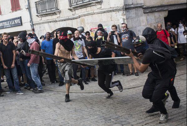 Le manifestazioni contro il G7 in Francia. - Sputnik Italia