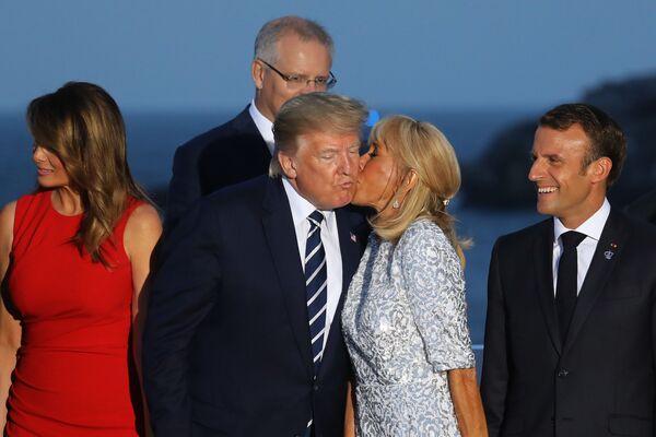 La moglie del presidente francese Brigitte Macron bacia il presidente statunitense Donald Trump. - Sputnik Italia