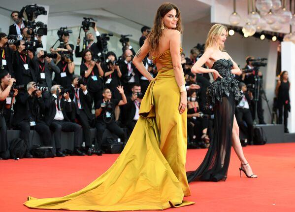 La top model brasiliana Isabeli Fontana sul tappeto rosso alla cerimonia di apertura del 76° Festival del cinema di Venezia. - Sputnik Italia