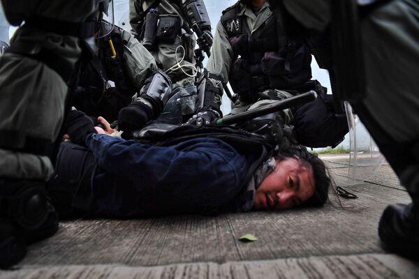 La polizia di Hong Kong arresta un manifestante. - Sputnik Italia