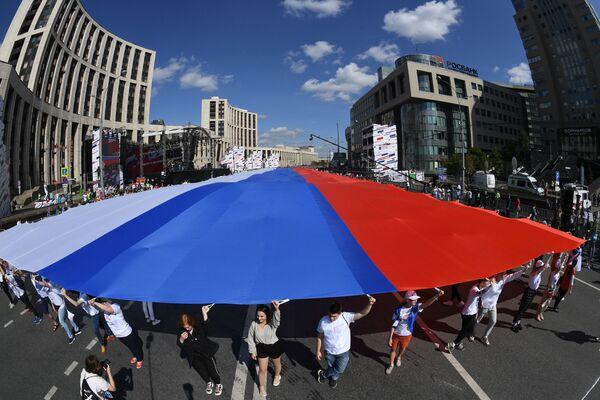 Un mega tricolore russo nelle strade di Mosca per la Giornata della bandiera nazionale della Russia. - Sputnik Italia