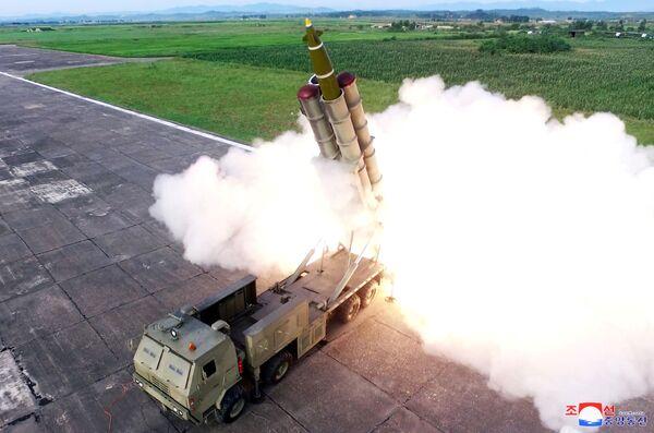 Il lancio di un missile durante i test di una nuova piattaforma multifunzionale in Corea del Nord. - Sputnik Italia