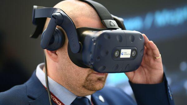 Aleksandr Lukichev testa gli occhiali VR al V Forum Economico Orientale - Sputnik Italia