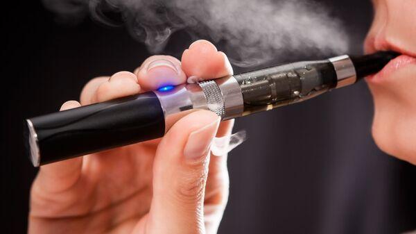 Donna fuma una sigaretta elettronica - Sputnik Italia