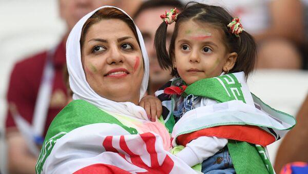 Tifosa iraniana con bambina - Sputnik Italia