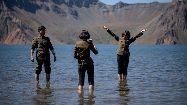 Le studentesse nordcoreane si fanno selfie sul lago Chonji, vicino al vulcano Paektu. - Sputnik Italia