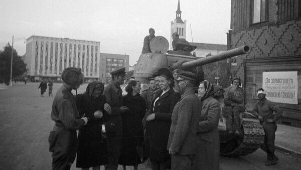 Местные жители беседуют с советскими танкистами, освободившими Таллин - Sputnik Italia