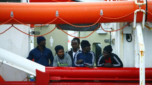 Lo sbarco della Ocean Viking a Messina - Sputnik Italia