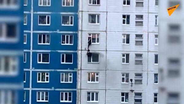 Salva eroicamente una ragazza da un incendio al quinto piano - Sputnik Italia