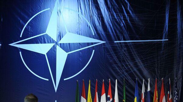Логотип НАТО на саммите в Лиссабоне - Sputnik Italia