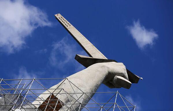 La mano che impugna la spada nel monumento della Madre Patria. - Sputnik Italia