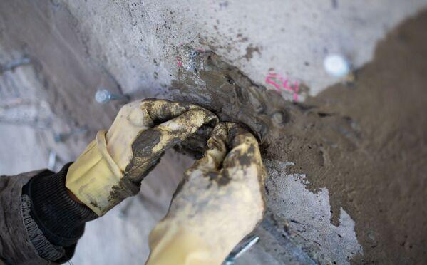 Le mani di un operaio a lavoro. - Sputnik Italia
