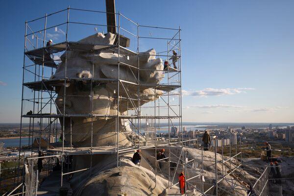 La Marde Patria chiama! a Volgograd.L'altezza complessiva della scultura è di 85 metri, maggiore all'altezza della Statua della Libertà di New York (46 metri) e alla statua del Cristo Redentore di Rio de Janeiro (38 metri). - Sputnik Italia