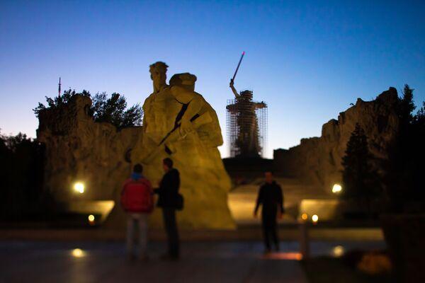 Il monumento La Madre Patria chiama! a Volgograd di sera. - Sputnik Italia
