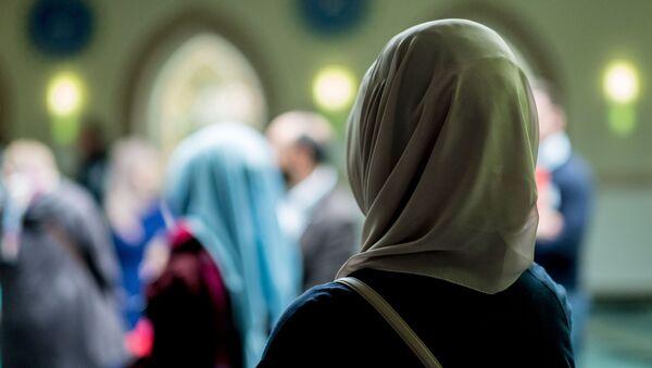 Una donna musulmana in una moschea - Sputnik Italia